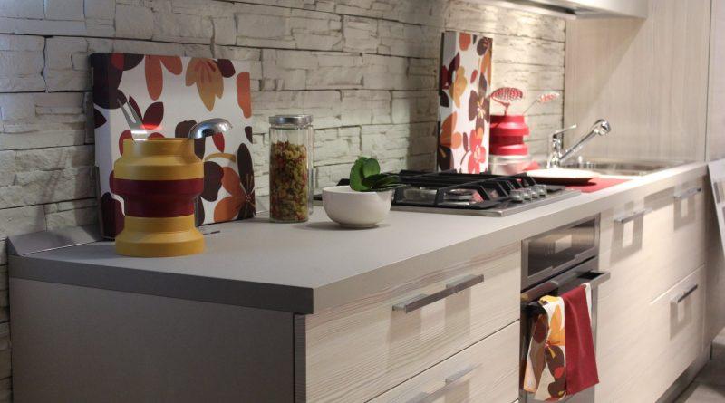 Indret køkkenet med en bordplade efter mål